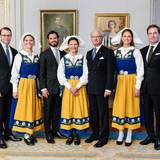 Im Königlichen Schloss posiert die ganze schwedische Königsfamilie noch einmal für ein Familienbild. Fehlen tun nur die jüngsten Mitglieder, Prinzessin Estelle und Prinzessin Leonore.