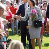 Königin Silvia und König Carl Gustaf müssen viele Hände schütteln, als sie in Torpshammar sind.