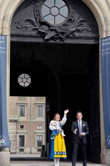 """Gemeinsam mit Ehemann Chris öffnet Prinzessin Madeleine die Palasttüren des Königlichen Schlosses in Stockholm und gibt damit den Startschuss zum """"Tag der offenen Tür""""."""