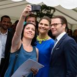 Prinzessin Victoria und Prinz Daniel nehmen am Vormittag an einer Einbürgerungszeremonie teil und posieren für ein Foto.