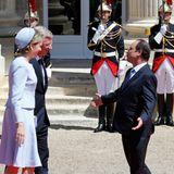 Frankreichs Präsident François Hollande begrüßt das belgische Königspaar auf Schloss Benouville.