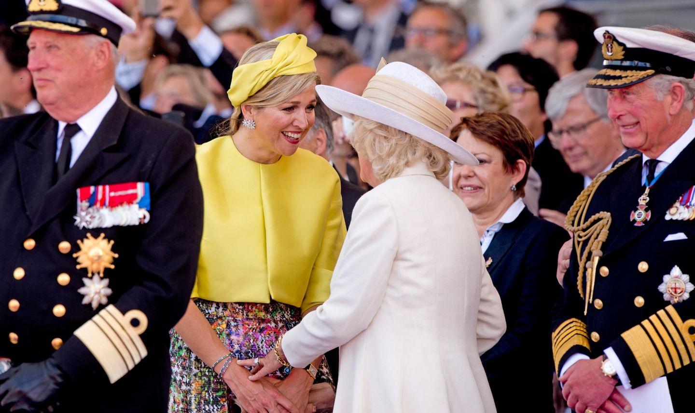 Vor Beginn der großen Gedenkfeier unterhalten sich Königin Máxima und Herzogin Camilla noch ein wenig. Prinz Charles ist ebenfalls dabei und König Harald (links), der seinen Platz in der ersten Reihe der vielen Gäste hat.