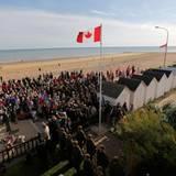 Veteranen und Angehörige versammeln sich am Strand von Bernières-sur-Mer