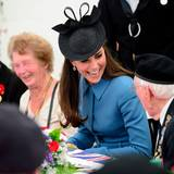 Herzogin Catherine unterhält sich angeregt mit einem Weltkriegs-Veteranen.