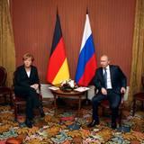 Angela Merkel und Wladimir Putin treffen sich abseits der Feierlichkeiten zum Gespräch.