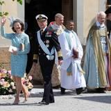 Königin Silvia und König Carl Gustaf, die Großeltern, treten vor die Kirche.