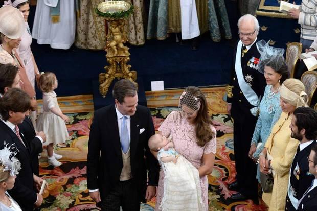 Chris O'Neill und Prinzessin Madeleine verlassen mit ihrer nun getauften Tochter die Schlosskirche.