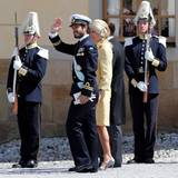 Prinz Carl Philip kommt, in Begleitung von Chris O'Neills Mutter Eva Maria, aus der Kirche.