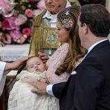 Prinzessin Leonore, auf dem Arm ihrer Mutter Madeleine, wird von Erzbischof Anders Wejryd gesegnet.