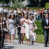 Gemeinsam mit den anderen Paten machen sich Madeleine (mit Leonore auf dem Arm) und Chris auf den Weg zum Schloss. Prinzessin Victoria und ihre Tochter sind ebenfalls mit dabei.