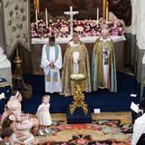 Links vom Altar sitzen die sechs Paten, rechts die königliche Familie. Neben Prinz Carl Philip hat Chris O'Neills Mutter Eva Maria Platz genommen.