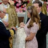 König Carl Gustaf verleiht seiner Enkeltochter den Seraphinenorden.   Diesen hatte Leonores Cousine Estelle ebenfalls bei ihrer Taufe 2012 von ihrem Großvater ans Taufkleid gesteckt bekommen.