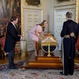 Prinzessin Madeleine schaut noch einmal nach ihrer Tochter, deren Wiege auf einem Podest steht.