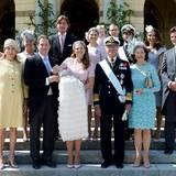 Vor dem Empfang posieren die sechs Paten und die engste Familie mit dem Täufling für ein Gruppenbild.