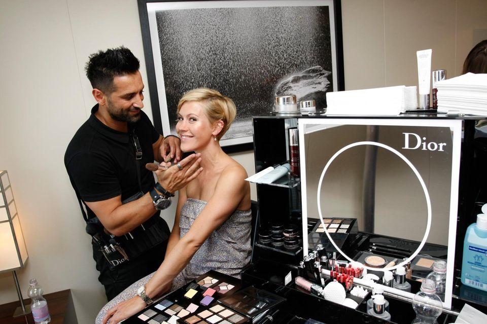 """Wolke Hegenbarth lässt sich von einem Make-Up-Artist mit Produkten von Sponsor """"Dior"""" verschönern."""