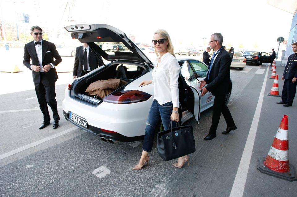 Sponsor Porsche stellt den Gästen, hier Judith Rakers bei ihrer Ankunft am Schiff, Fahrzeuge zur Verfügung.