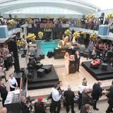 """Auf Deck 9 der """"MS Europa 2"""" haben sich Reporter und Gäste zum Champagnerempfang versammelt."""