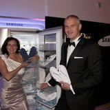 Samsung sorgt als Sponsor für gekühlte Füße auf der Tanzfläche. Alexandra Hillebrandt mit Ehemann Kai Hillebrandt verteilen eiskalte Flipflops an die Gäste.