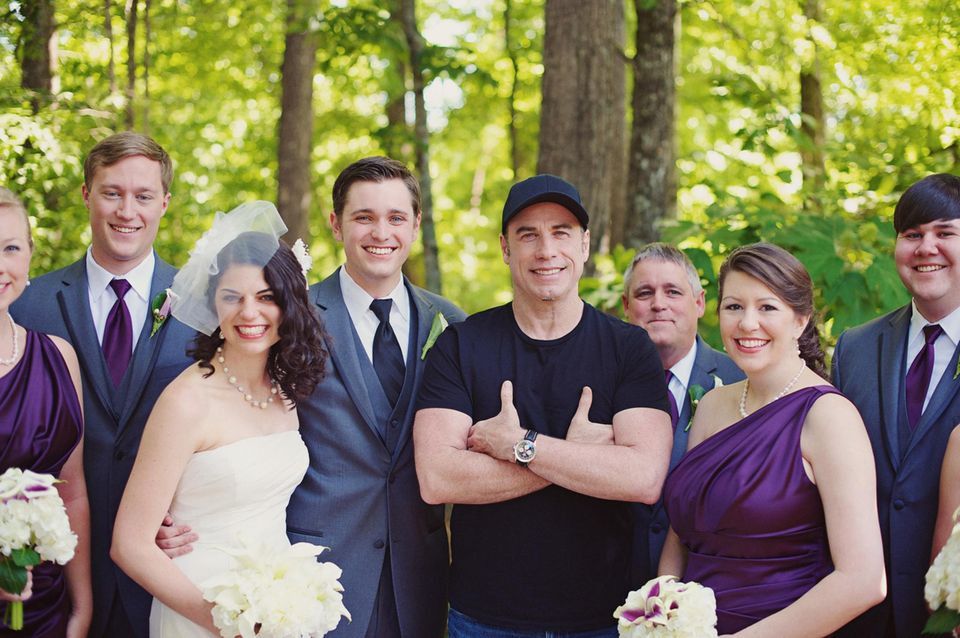 5. Juni 2013: John Travolta, der Wedding Crasher: wie dieses jetzt aufgetauchte Foto zeigt, hat der Hollywoodstar bei seinem Aufenthalt in Georgia Ende Mai ein Hochzeitspaar überrascht und sich mit auf die Hochzeitsbilder geschlichen.
