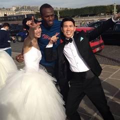"""Um dieses Foto aufzunehmen, hat das Brautpaar angeblich sogar die Hochzeitszeremonie unterbrochen. Und es hat sich gelohnt: Mit dem jamaikanischen Sprinter Usain Bolt in der Mitte posieren sie in seiner typischen Siegerpose. """"So etwas passiert nur in Paris"""", schrieb Bolt anschließend auf seinem Instagram-Account."""
