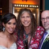 """Der """"Aerosmith""""-Sänger Steven Tyler traf im """"Four Seasons""""-Hotel in Washington D.C. auf dieses Brautpaar. """"Er hat mit der Hälfte unserer Gäste für Fotos posiert"""", schrieb Bräutigam Jefrey Roseman auf Twitter."""