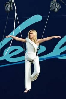 """Helene Fischer schwebt bei der Taufzeremonie an einem perlenartigen Ballon. """"Ich taufe dich auf den Namen 'Mein Schiff 3' und wünsche dir immer eine Handbreit Wasser unterm Kiel"""", ruft die Entertainerin bei der Taufe und zerschellt eine Champagnerflasche am Schiffsrumpf."""