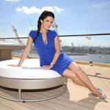 Schauspielerin Mariella Ahrens ist einer der zahlreichen prominenten Gäste, die das Schiff vor der Taufe aus nächster Nähe begutachten können.