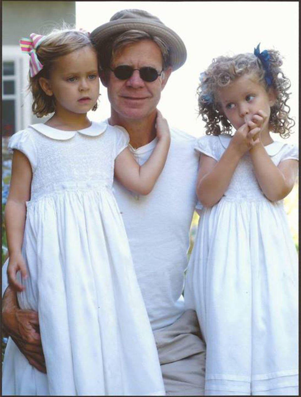 Felicity Huffman teilt auf Facebook ein Foto von ihrem Mann William H. Macy und ihren gemeinsamen Töchtern Sofia und Georgia.