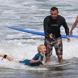 Liev Schreiber verbringt einen Tag mit seiner Familie am Strand und bringt seinen Söhnen Samuel und Alexander Surfen bei.