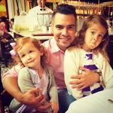 Ehemann Cash Warren lässt seine Ehefrau Jessica Alba ein Foto von sich und seinen beiden Töchtern Haven und Honor machen.