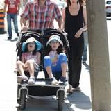 Adam Sandler macht mit seiner Familie einen Spaziergang in Yorkville, Kanada.