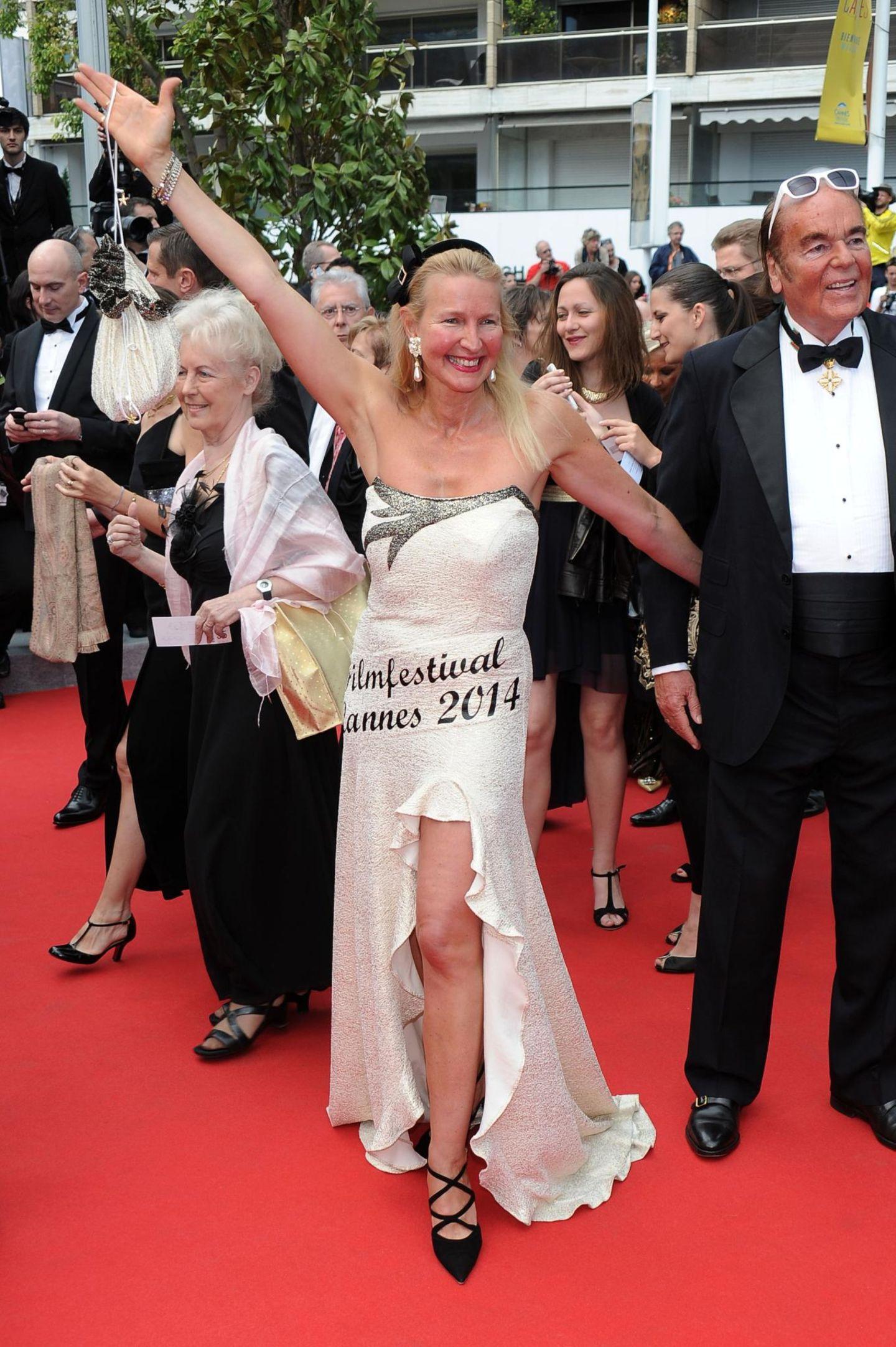 Um nicht zu vergessen, auf welcher Veranstaltung sie sich befindet, hat sich diese Dame alles noch mal gut leserlich aufs Kleid geschrieben.