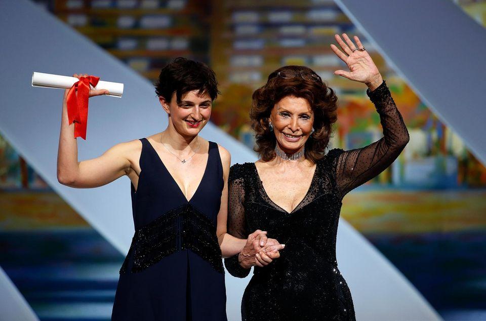 """Sophia Loren vergibt den Großen Preis der Jury an die Italienerin Alice Rohrwacher für ihren Film """"Le meraviglie (The Wonders)""""."""