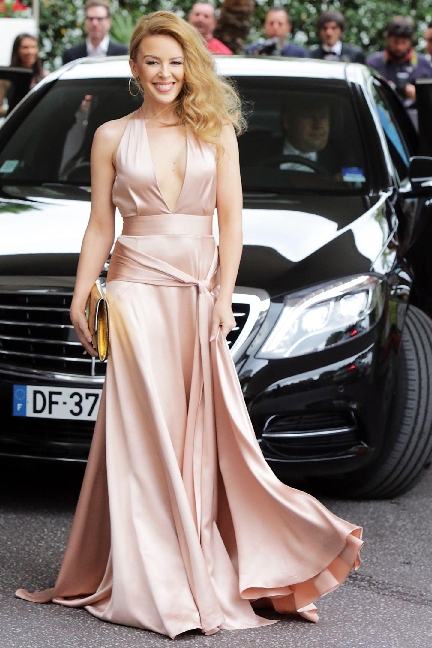 """Kylie Minogue verlässt ihr Hotel auf dem Weg zur """"amFAR Gala""""."""