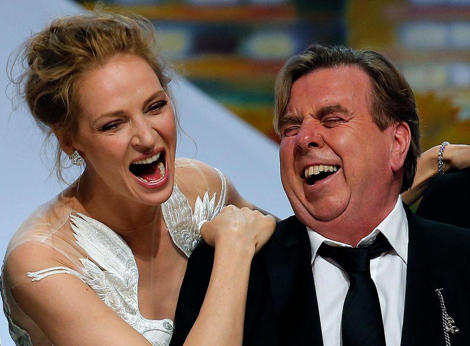 """Uma Thurman amüsiert sich mit Timothy Spall, der gerade die Auszeichnung als bester Schauspieler für seine Rolle in """"Mr. Turner"""" bekommen hat."""