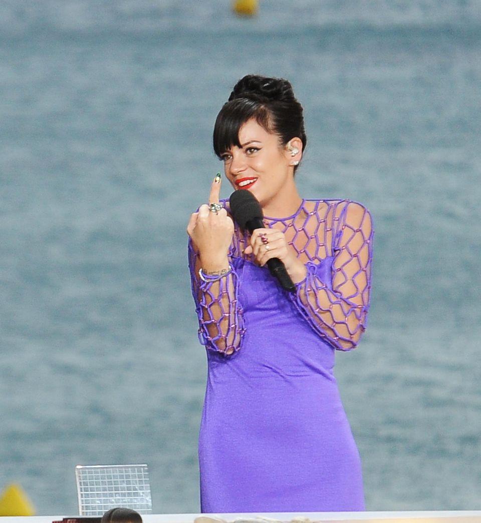 """Vor traumhafter Kulisse performt Lily Allen einen Song für eine Show des Fernsehsenders """"Canal Plus""""."""