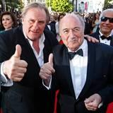 """Gérard Depardieu freut sich offenbar, dass Fifa-Präsident Sepp Blatter zur Vorführung seines Film """"United Passions"""" kommt."""