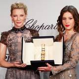 """Im Rahmen der Filmfestspiele wird jährlich die """"Chopard Trophee"""" verliehen. Die Schauspielerinnen Cate Blanchett und Adele Exarchopoulos posieren mit dem Preis."""