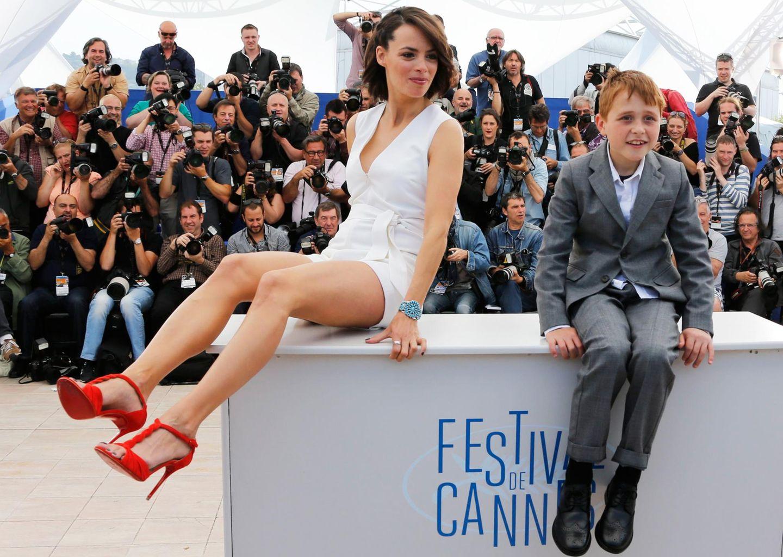 """Beim Photocall zu """"The Search"""" nehmen die Schauspieler Berenice Bejo und Abdul Khalim Mamutsiev auf dem Tisch Platz"""