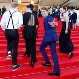 """Regisseur Xavier Dolan ist gut drauf, als er zur Abschlusszeremonie schreitet. Denn dort bekommt er den Jurypreis für seinen Film """"Mommy""""."""
