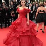 Die russische Schauspielerin Elena Lenina trägt ein zum roten Teppich passendes Kleid.