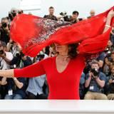 Der Wind an der Croisette ist tückisch: Sophie Loren weht ihr Tuch vor das Gesicht.