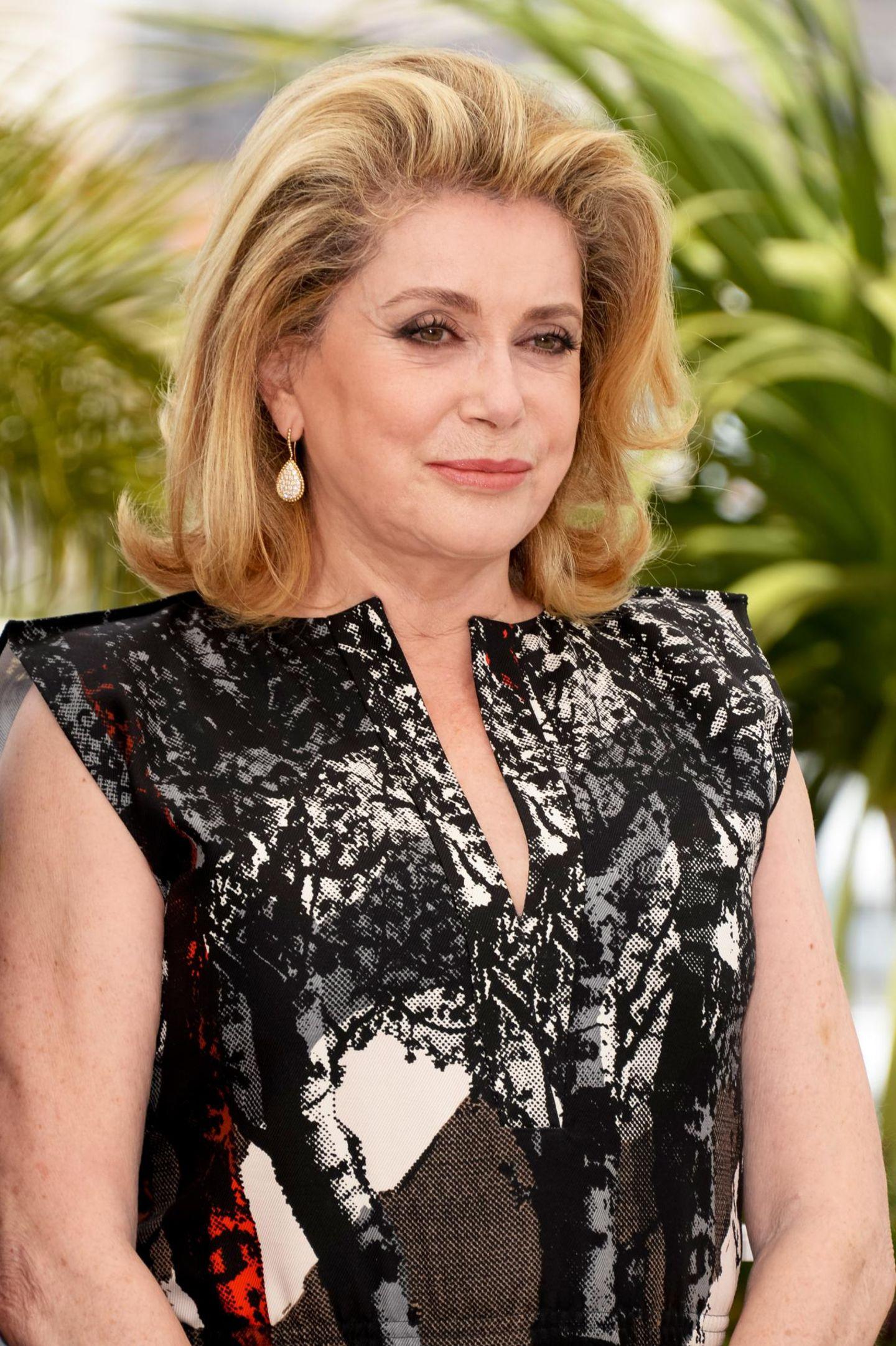 """In Cannes darf sie nciht fehlen: Cathrine Deneuve kommt zum Photocall von """"L'Homme Qu'on Aimait Trop""""."""