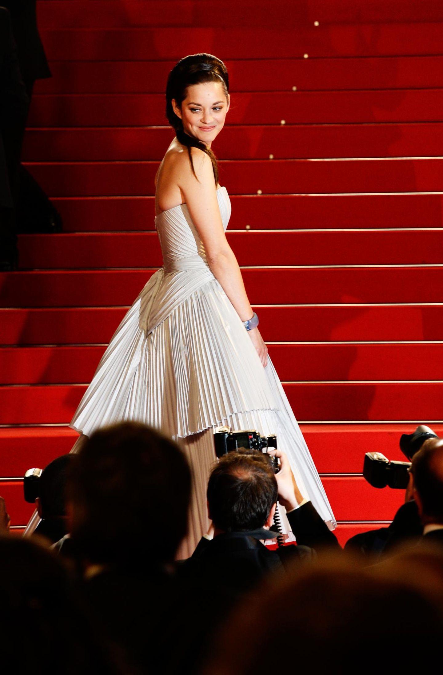 """Am 8. Tag der Filmfestspiele verzaubert Marion Cotillard bei der Premiere von """"L'Homme Qu'on Aimait Trop"""" die Fotografen."""