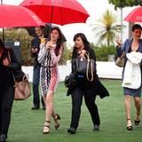 """Regentag in Cannes: Charlotte Gainsbourg braucht einen Regenschirm auf ihrem Weg zum Photocall von """"Incompresa""""."""