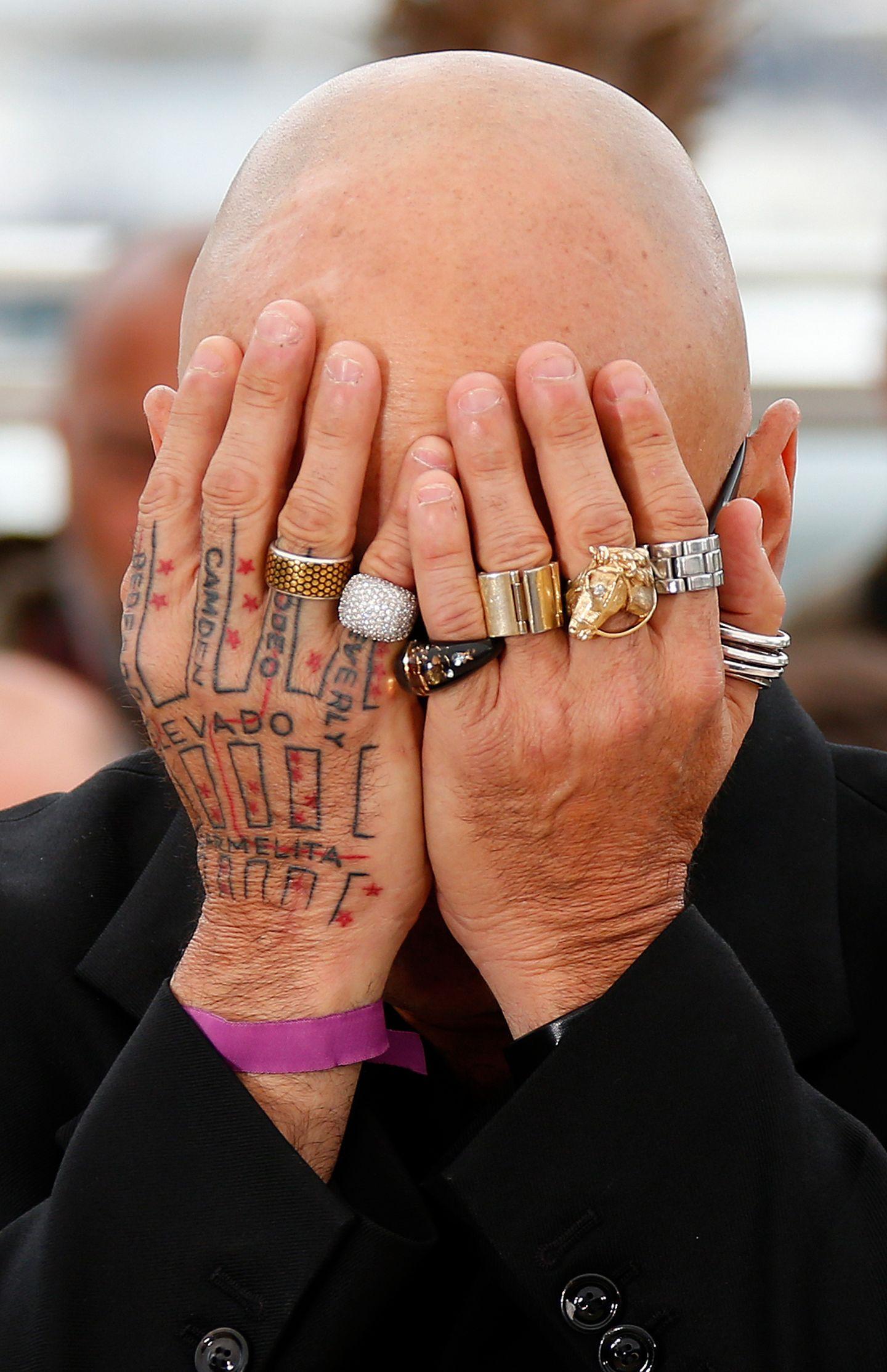 Drehbuchautor Bruce Wagner versteckt beim Photocall sein Gesicht hinter seinen Händen.