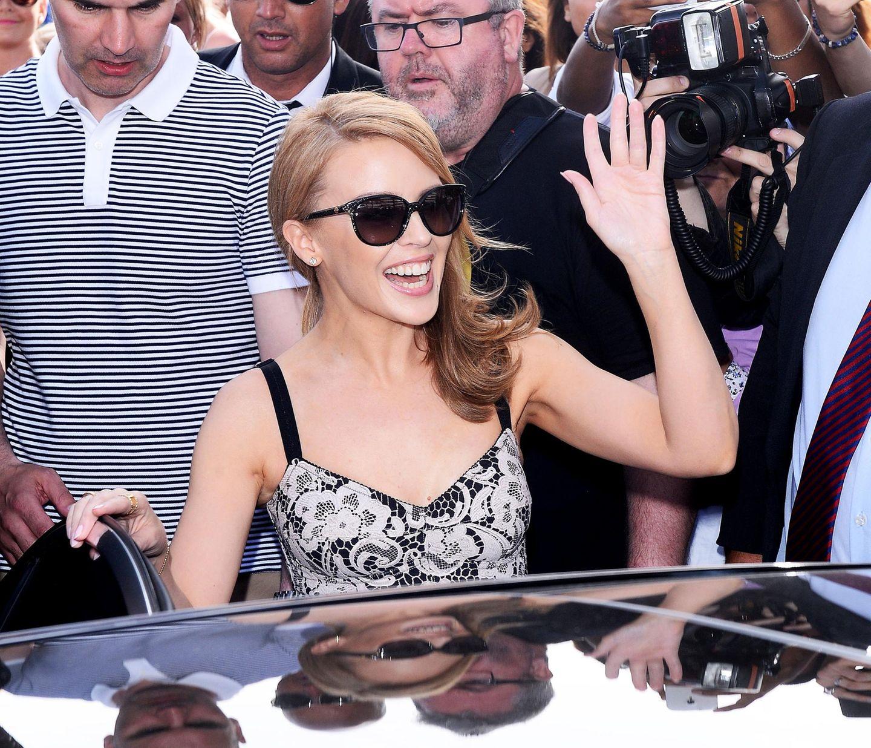 """Kylie Minogue verlässt mir einem Wagen den """"Magnum Beach"""" in Cannes."""