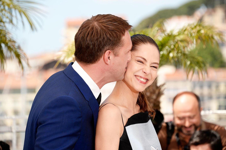 Vladimir Vdovichenkov gibt Elena Lyadova einen Kuss.