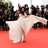 """Malika Sherawat zeigt bei der Filmpremiere von """"Jimmy's Hall"""" ihr Flatterkleid."""