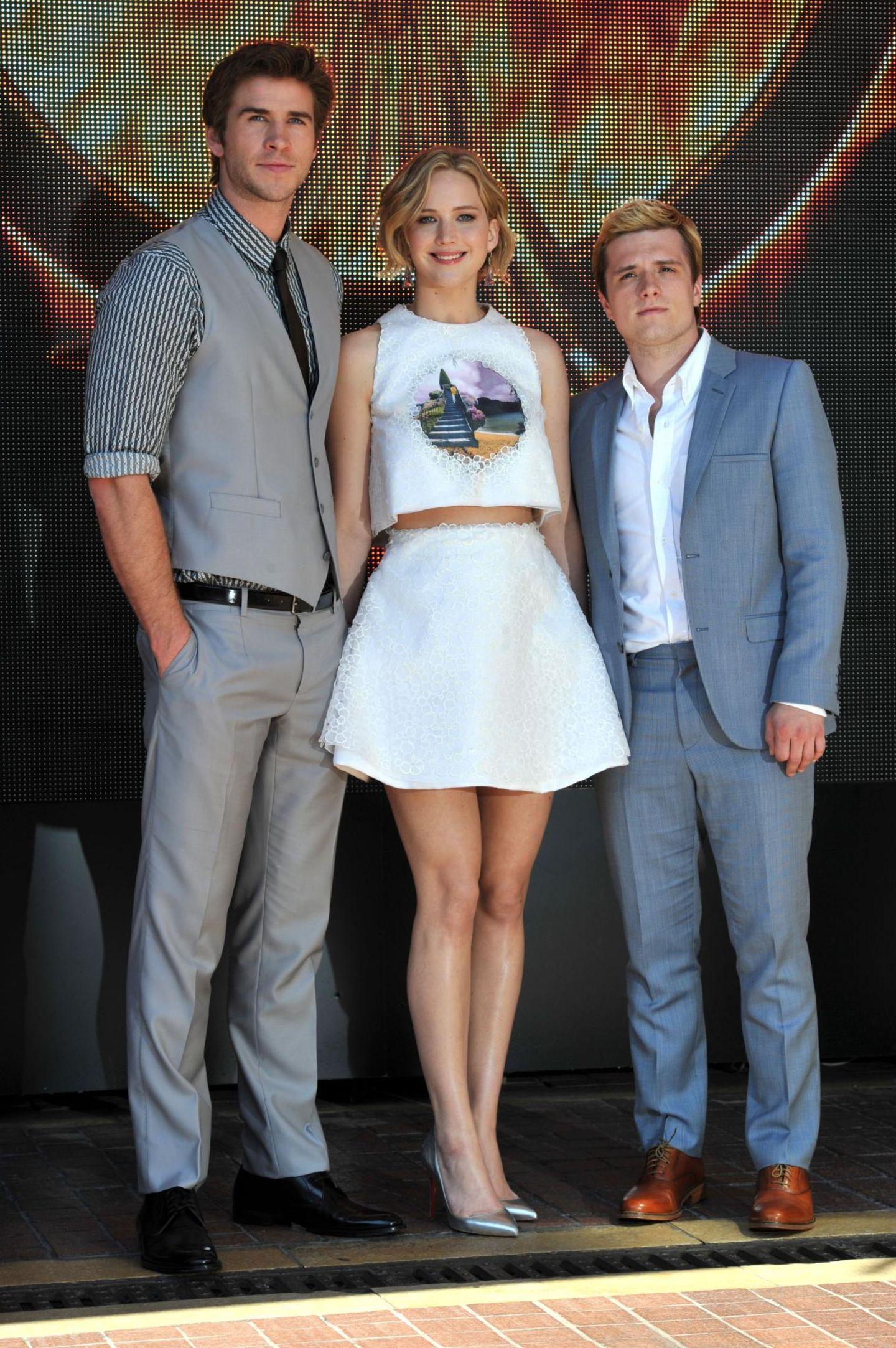 """Jennifer Lawrence neben ihren """"Hunger Games""""-Co-Darstellern Liam Hemsworth und Josh Hutcherson"""